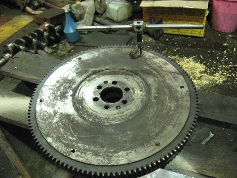 маховое колесо крутится с трудом